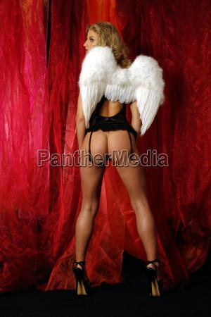 engel in rot 4