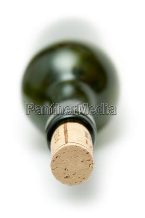 liegende rotweinflasche