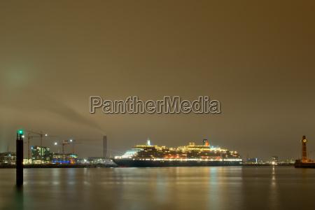 passagierschiff in hamburg bei nacht