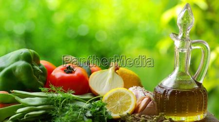 olive oil mit gemuese und wuerzmittel
