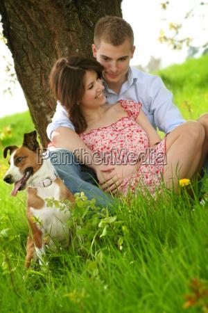 glueckliches paar mit hund