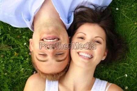 glueckliches lachendes paar