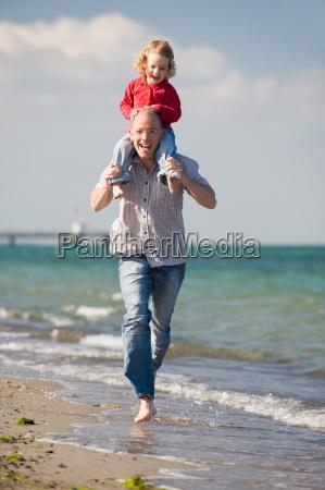 vater mit tochter am strand
