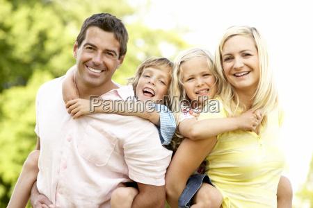 familie, die, spaß, in, der, landschaft - 2530015