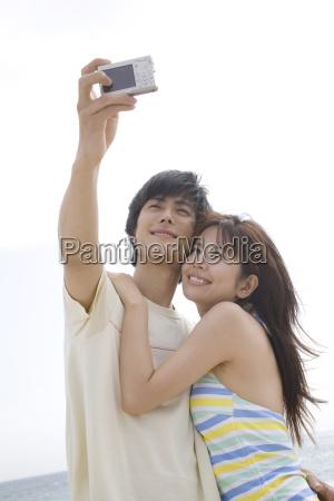 japanese couple shooting photo