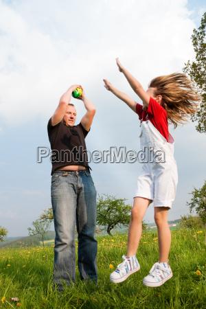 vater und kind fangen den ball