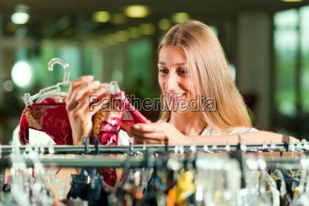 frau mode einkaufen shoppen shopping kleider