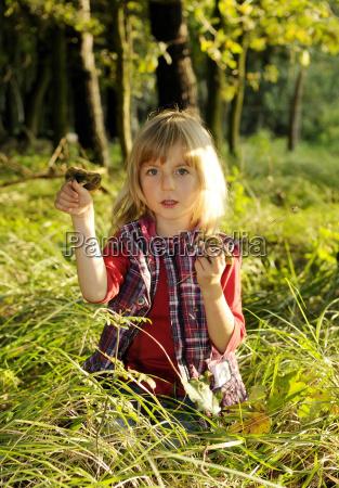 mädchen, sammelt, pilze, im, wald, - 3716879