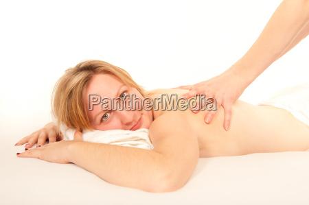 natuerliche blonde frau erhaelt eine massage
