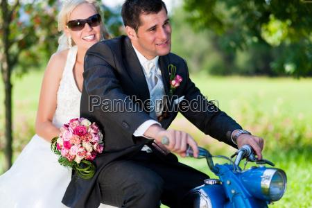 hochzeitspaar auf einem motorrad