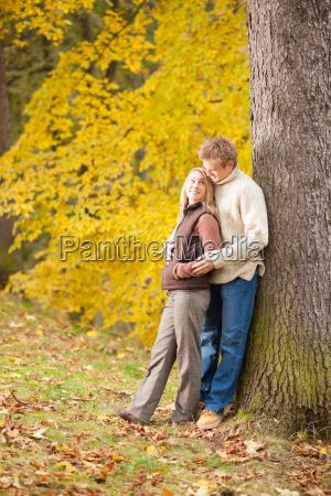autumn liebe paar umarmt im park