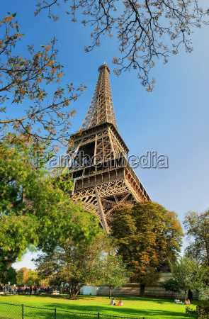 vertical oriented image of famous eiffel