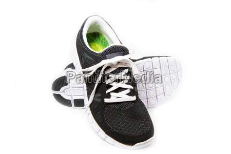 sportschuhe joggingschuhe auf weissem hintergrund