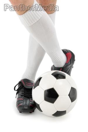 fussball und fuesse in laessiger pose