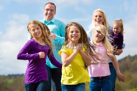 familie joggt im freien