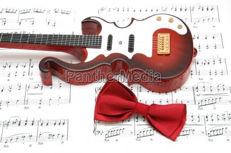 gitarre und fliege ueber das blatt