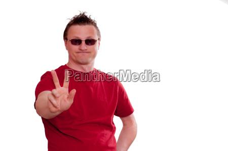 mann mit grinsen haelt die hand