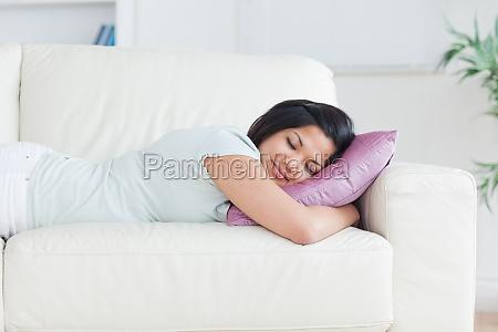 frau schlafend auf einer couch mit
