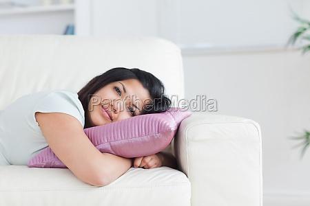frau entspannt auf einem sofawaehrend ein