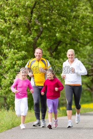familie joggt als sport in der