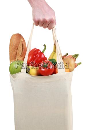 hand haelt tasche mit lebensmitteln