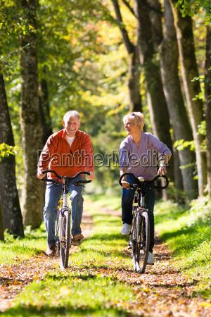 senioren beim sport mit fahrrad