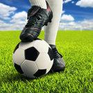 ball und fuesse eines fussballers in