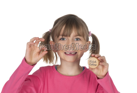 maedchen zeigt milchzahn