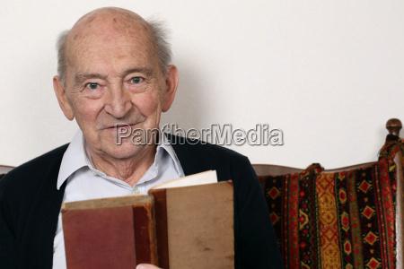 grossvater liest aus einem buch vor