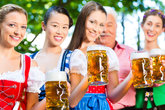 im biergarten freunde trinken bier