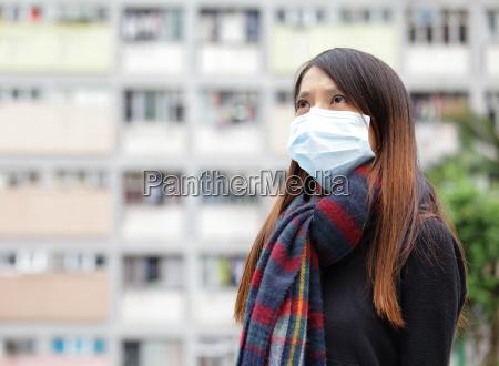 asiatische frau mit gesichtsmaske bei aussen