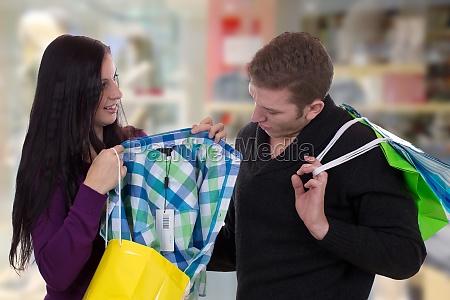 paerchen beim einkaufen von kleidung im