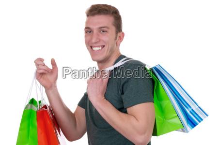 junger mann beim shopping mit einkaufstueten