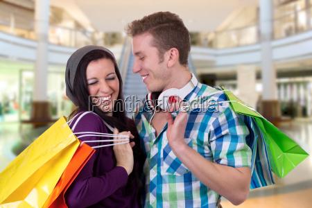 junges paar hat spass beim einkaufen