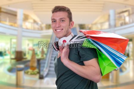 cooler junger mann beim einkaufen in