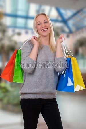 junge frau beim shoppen oder einkaufen