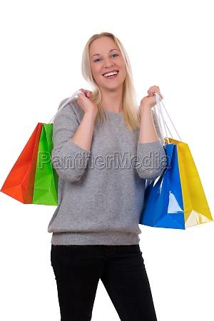 junge blondine beim shopping mit einkaufstaschen