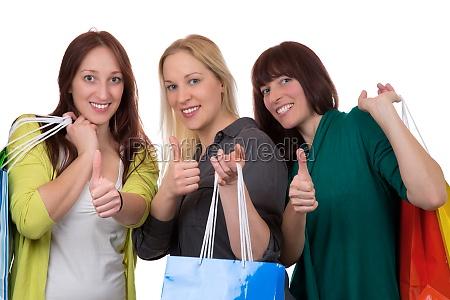 gruppe junger frauen beim einkaufen mit