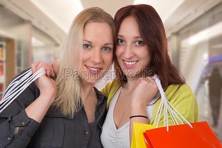 zwei freundinnen beim einkaufen in shopping