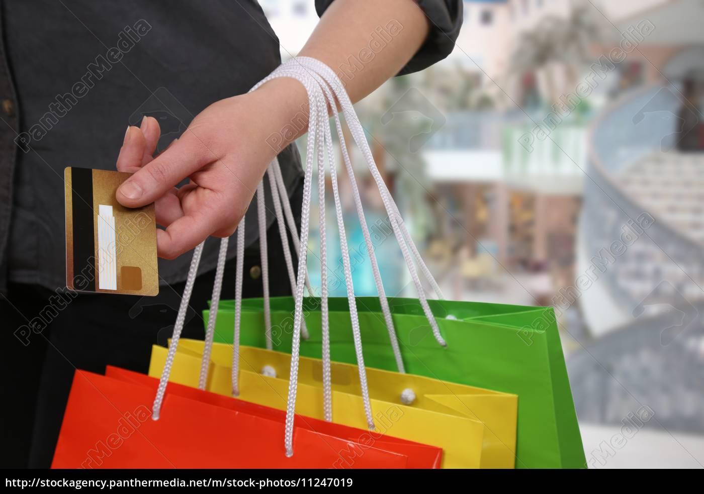 frau, beim, bezahlen, vom, einkauf, mit - 11247019
