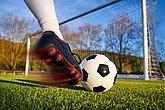 fussball kick in richtung tor