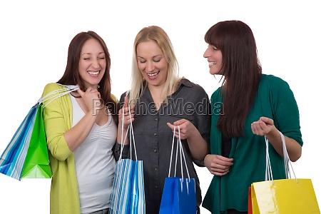 gruppe junger frauen beim shopping freigestellt