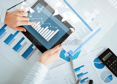 frau, mit, tablet, pc, und, diagrammpapiere - 12100796