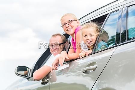 familie faehrt mit dem auto in