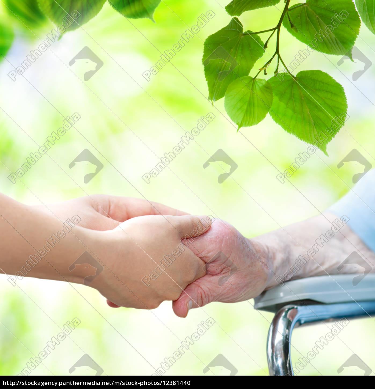 ältere, frau, im, rollstuhl, hände, mit - 12381440