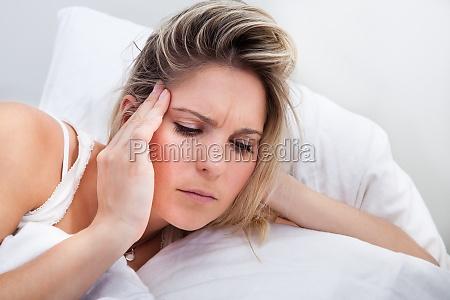 portrait der frau mit kopfschmerzen