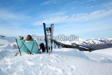 paare der skifahrer in langen stuehlen