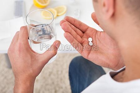 kranker mann einnahme von tabletten mit