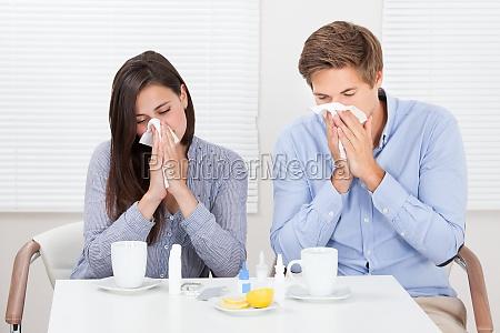 paare leiden unter kaelte am tisch
