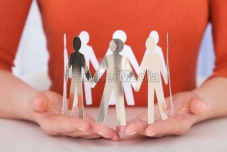 geschaeftsfrauteam von papier menschen am schreibtisch
